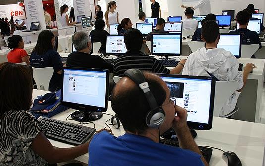 Usuários navegando na internet. (Foto: Renato Bueno/G1)
