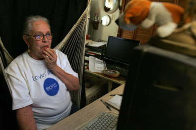 Depois de sofrer um ataque cardíaco, Paula Rice, 73 anos, voltou à atividade ao encontrar redes sociais on-line (Foto: Carla Winn/The New York Times)